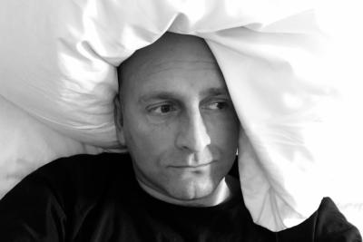 Depressiver Mann im Bett